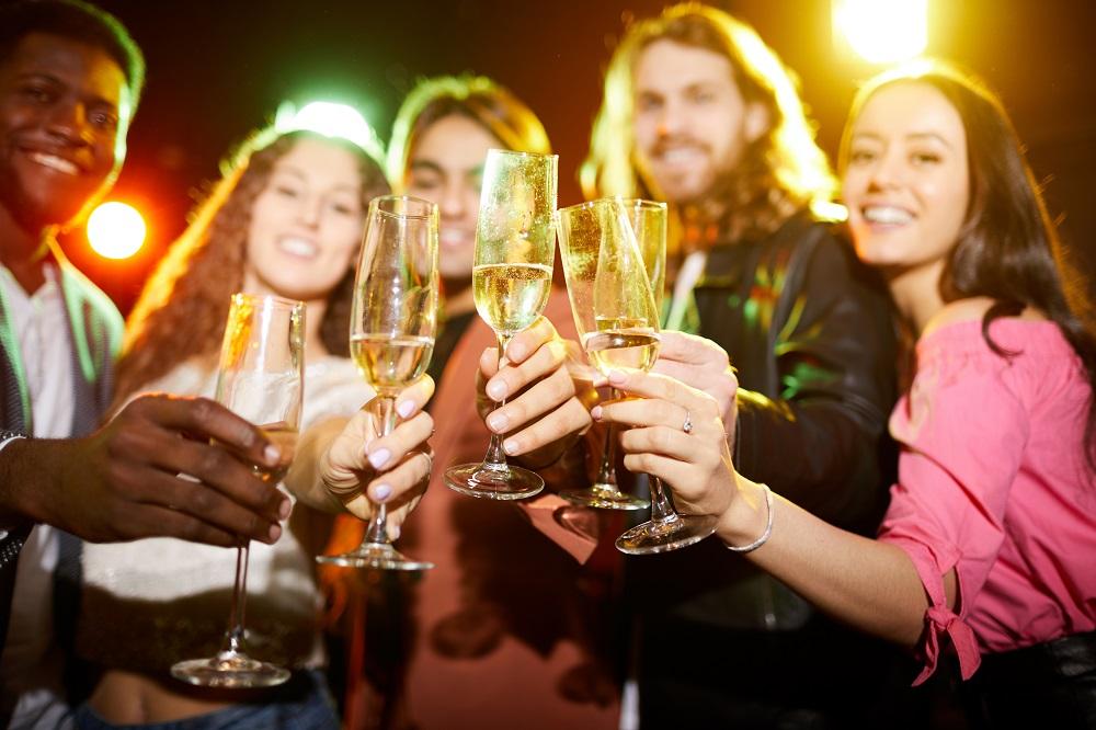 pessoas bebendo champagne