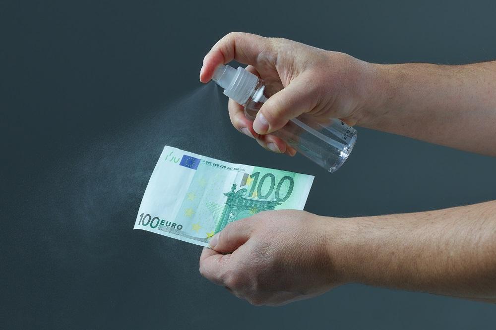 desinfetando o dinheiro com alcool