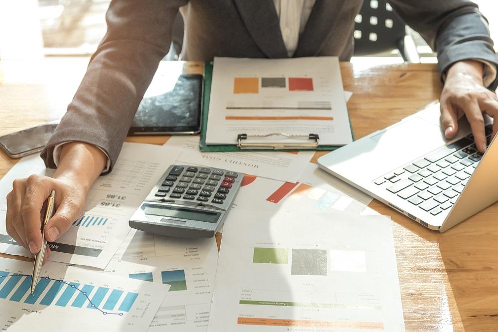 pessoa organizando contas e finanças