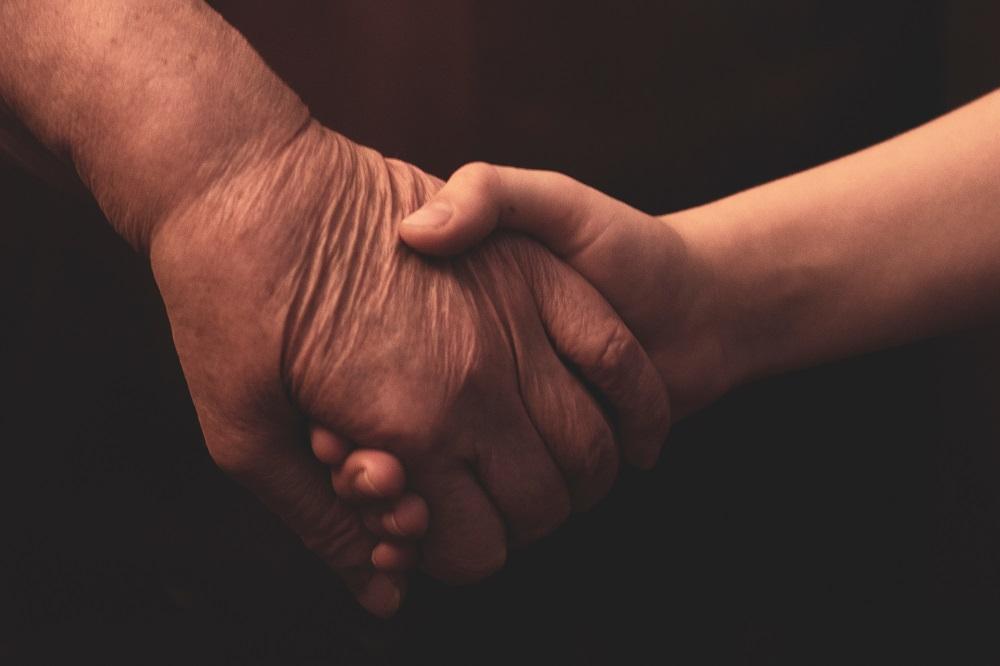mão velha com mão nova