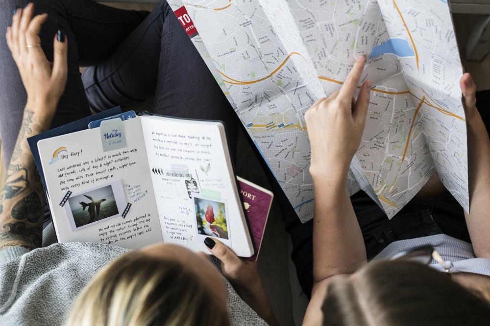 pessoas planejando um viagem