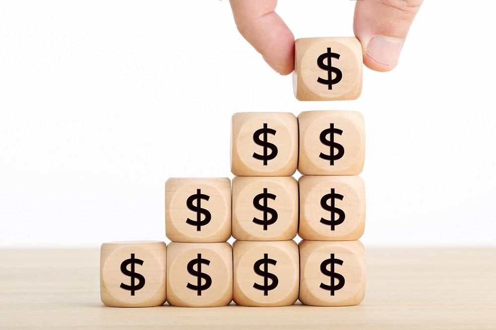investidor acumulando escada de blocos monetários