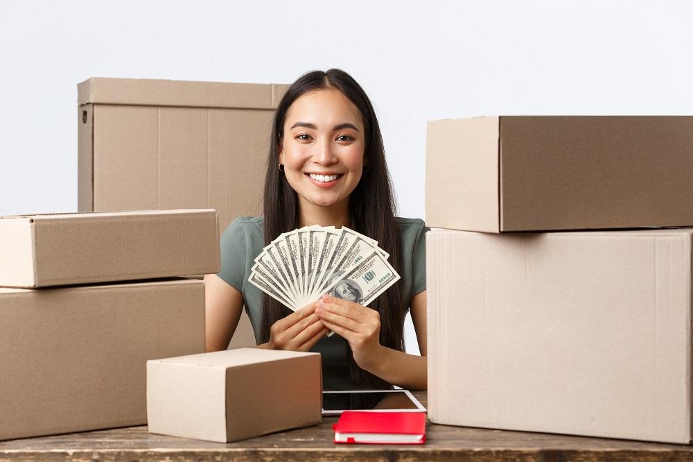 mulher com dinheiro na mão com expressão feliz