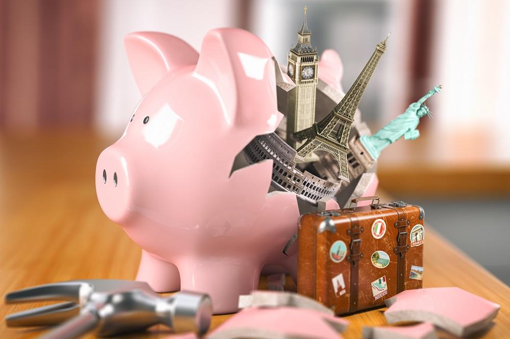 imagem de um porquinho cofrinho quebrado saindo malas e pontos turísticos, como a torre eiffel de Paris