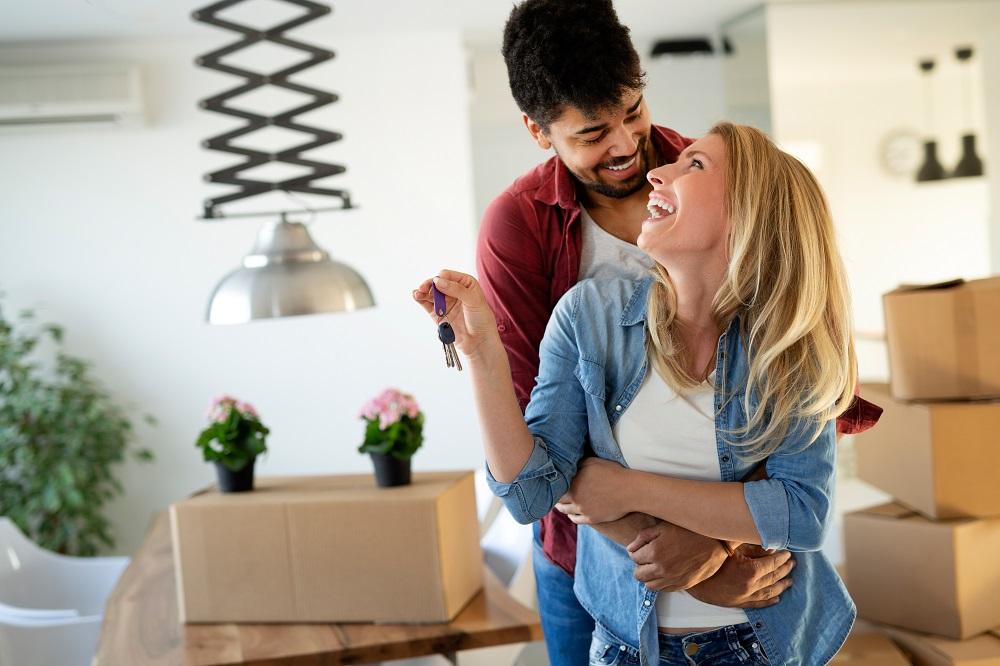 casal abraçado comemorando o novo espaço alugado