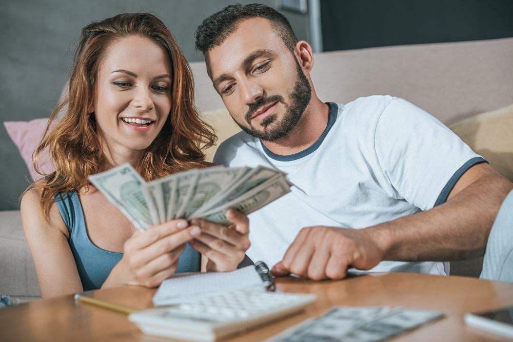 casal planejando seu orçamento doméstico do mês