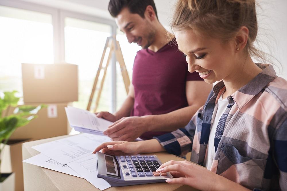 casal organizando as finanças com aspecto feliz