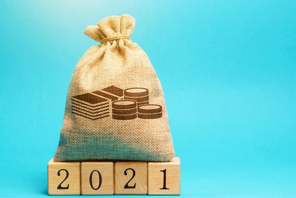 saco de estopa de dinheiro em cima de números representando 2021