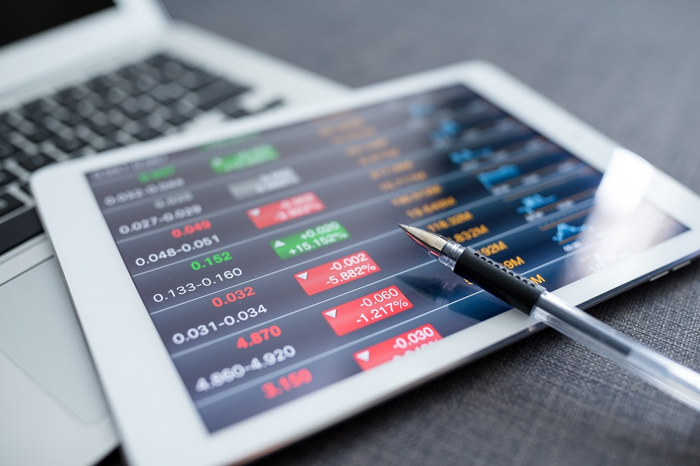 preços de ações em queda sendo mostrado em vermelho no tablet
