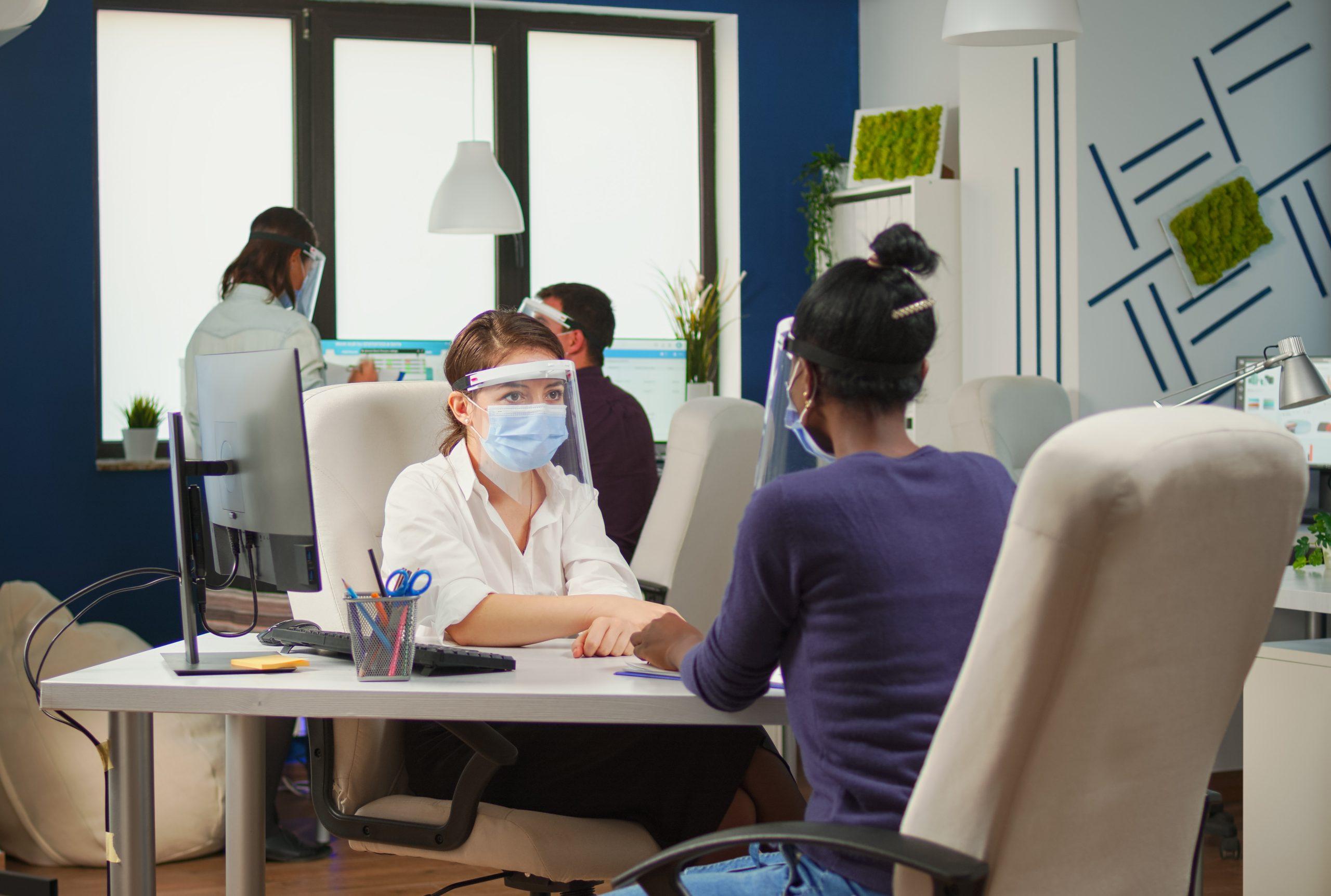 atendente passando informação para cliente em uma clínica médica
