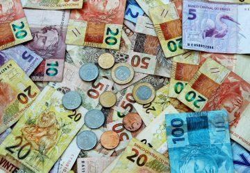 dinheiro brasileiro espalhado, notas e moedas