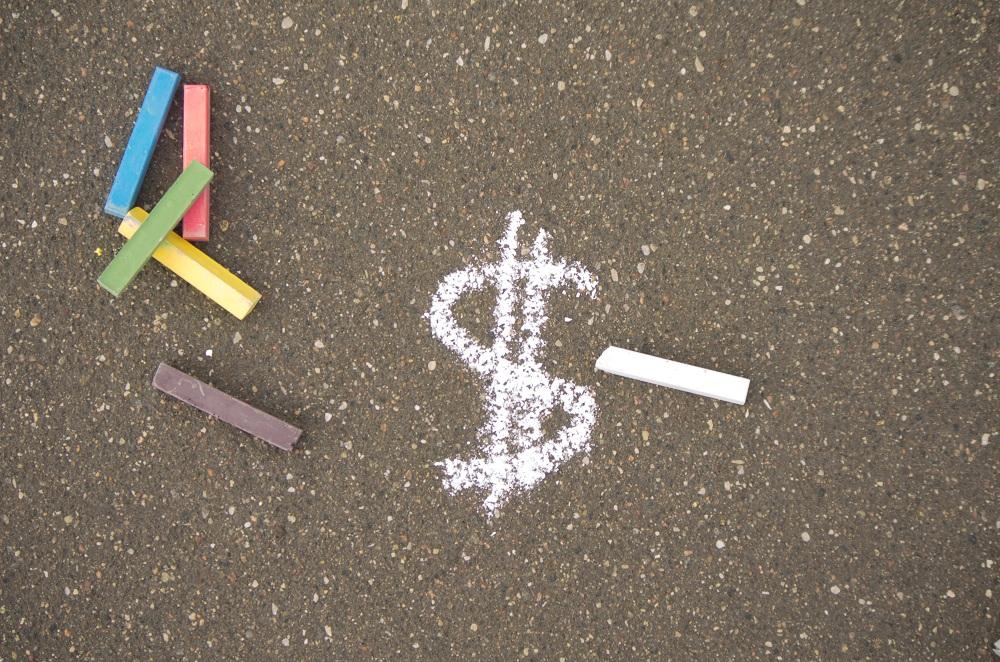 cifrão de dinheiro desenhado no chão em giz branco