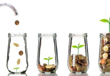 Torneira colocando moedas de ouro em garrafa clara no fundo branco simbolizando um investimento de sucesso