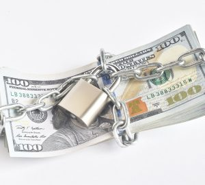 dinheiro acorrentado simbolizando o golpe do empréstimo