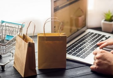 pessoa fazendo compras pelo computador