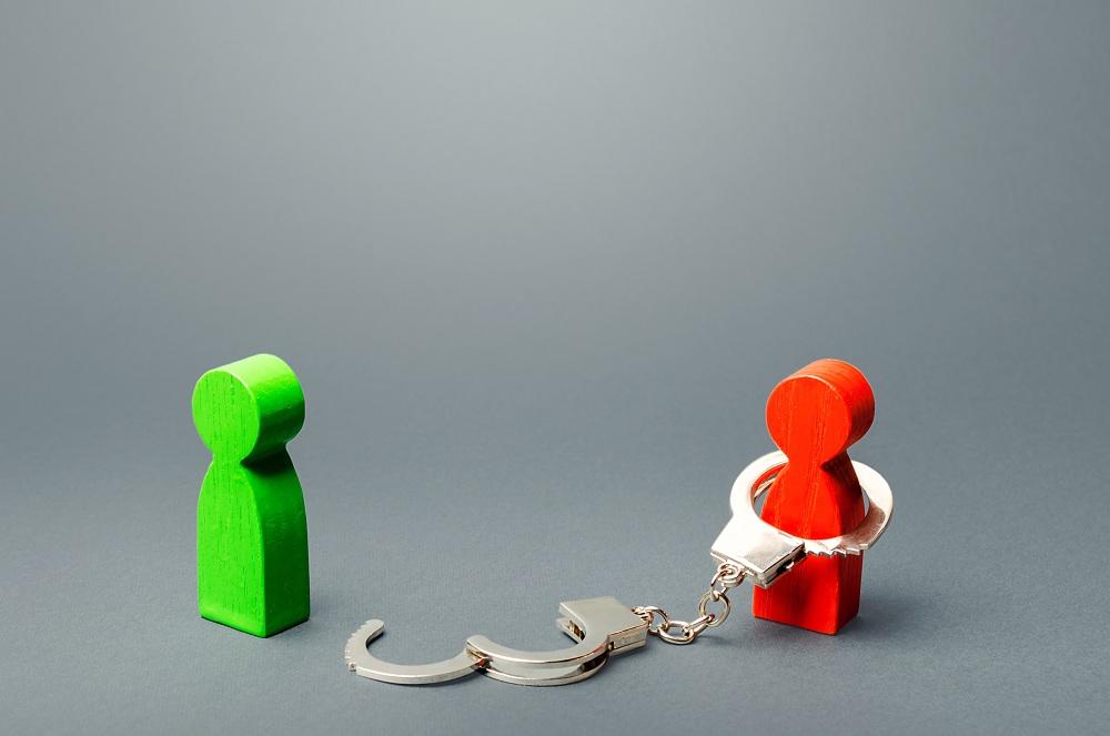 boneco de madeira abrindo uma algema, simbolizando Como acabar com as dívidas