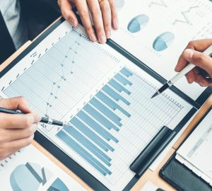 homem mostrando o gráfico crescente de rendimento de um investimento prefixado