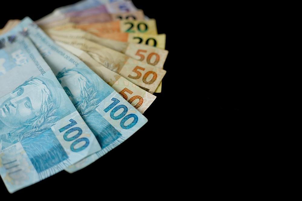 notas de cem, cinquenta, vinte, dez e cinco reais, simulando como pedir empréstimo