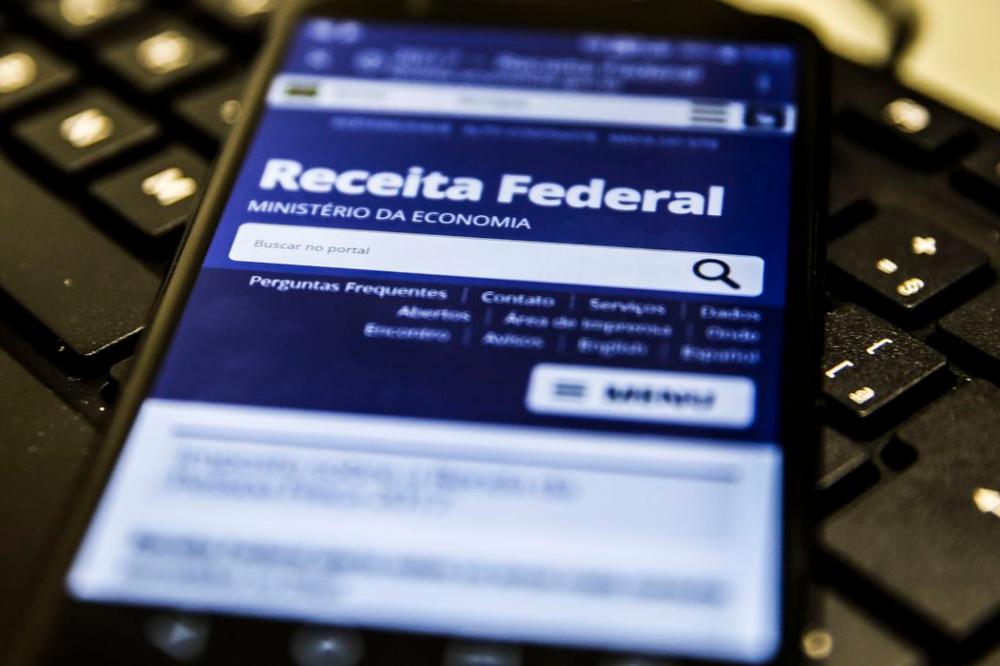 celular com o app da Receita federal