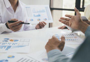 Empresários reunião de trabalho em equipe para discutir o investimento
