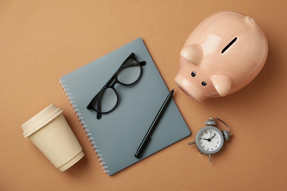 Conceito de planejamento financeiro com cofrinho em fundo de artesanato