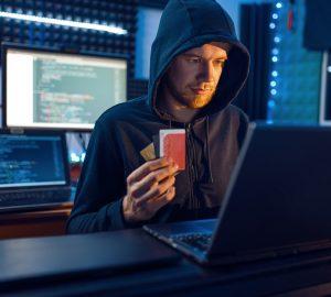 Hacker mostra cartão de crédito bancário, financiamento hacking