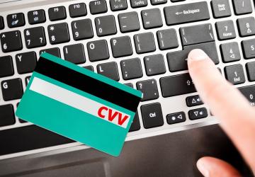 imagem de cartão em cima de um notbook, escrito CVV