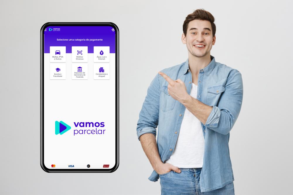 jovem apontando para a tela de um smartphone mostrando o site da Vamos parcelar site para pagar contas parceladas e que ganha cashback