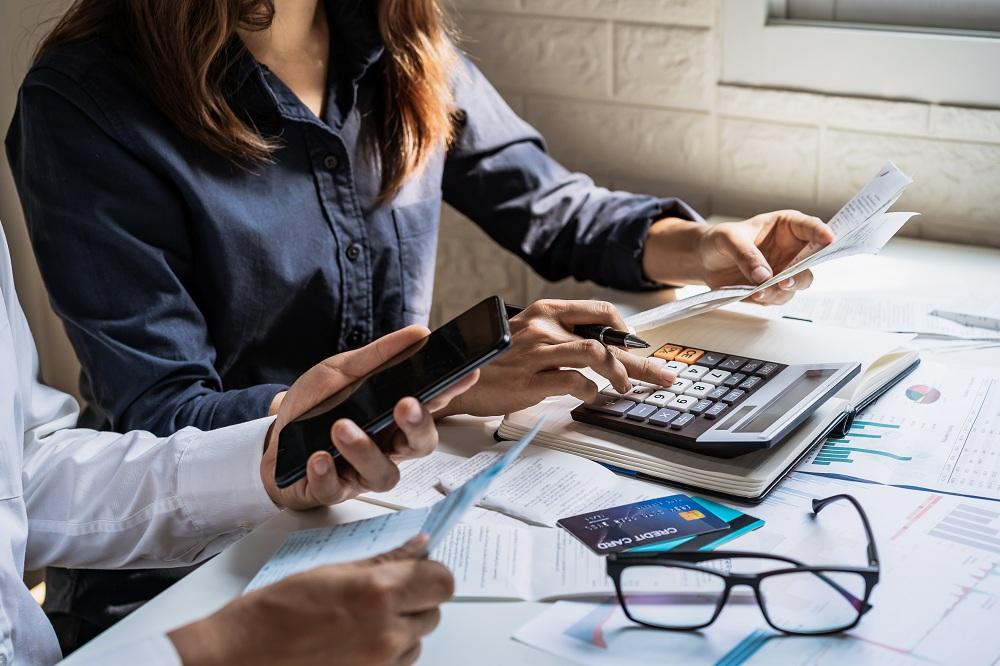 jovem casal verificar contas e calcular despesas em casa e dívidas no cartão de crédito