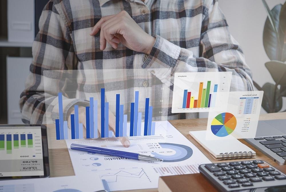 investidor com gráfico de dados em sua mesa, simbolizando osinvestimentos isentos de imposto de renda