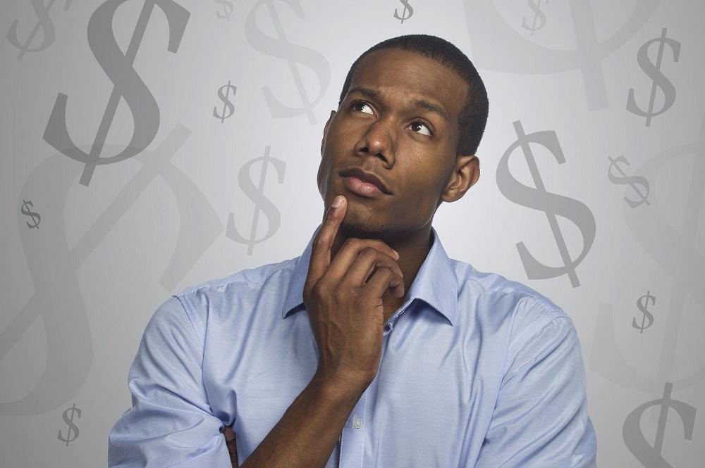 homem olhando para o nada com cara de pensativo ao fundo de um cenário com vários cifrões, simbolizando o pensamento de quanto rende um CDB