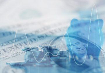 Exposição dobro fileiras das moedas do dinheiro, dinheiro, dólar na tabela